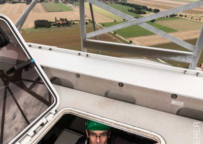 Ausstieg aus der Gondel einer Windkraftanlage